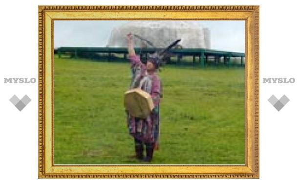 В день летнего солнцестояния шаман очистил небо над ожившей картой мира