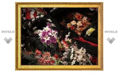 Женщина украла корзину с цветами на тульском кладбище