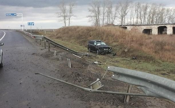 На трассе «Дон» «Мерседес» снес дорожное ограждение