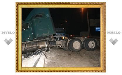 На въезде в Тулу столкнулись грузовик и легковушка