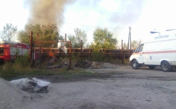 Возле КМЗ загорелись старые шпалы