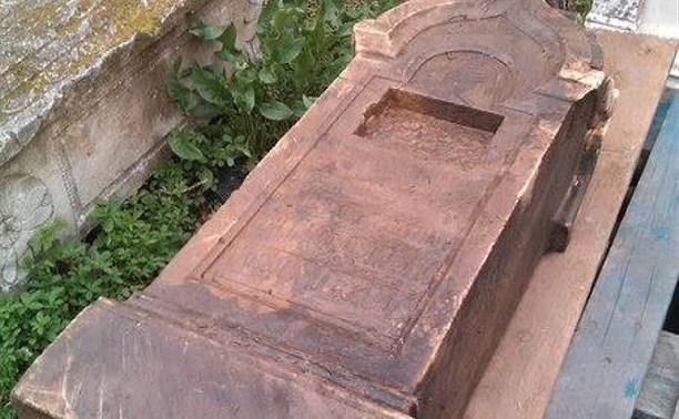 В Рогожинском ручье обнаружили старинное надгробие в форме часовни