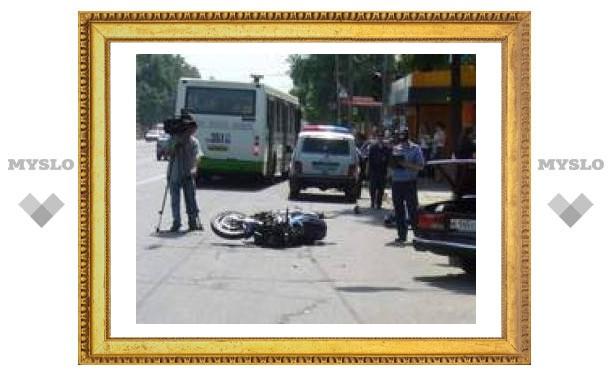 Мотоциклист оказался под машиной