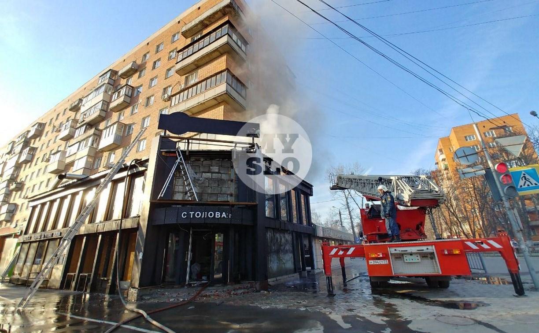 На Красноармейском проспекте в Туле загорелась бывшая пиццерия: репортаж