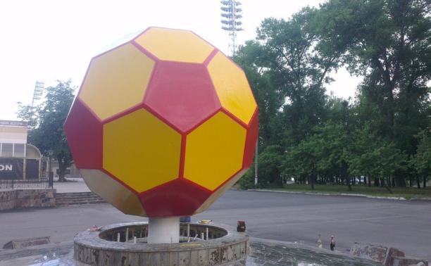 Болельщики доделали мяч в центре стадиона «Арсенал»