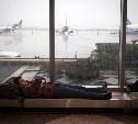 В московских аэропортах пассажирам разрешили лежать на полу
