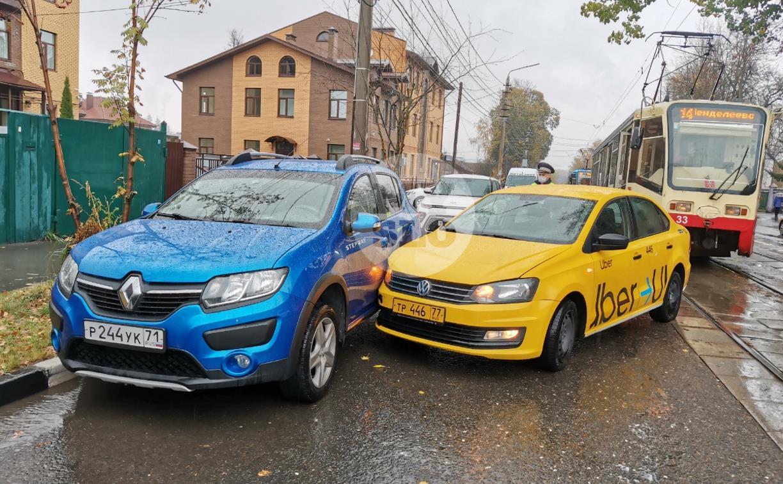 В Туле таксист из-за пробитого колеса попал в ДТП