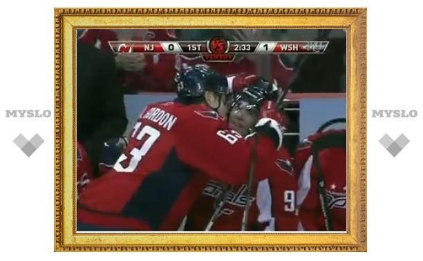 """Хоккеист """"Вашингтона"""" поцеловал партнера на скамейке запасных"""