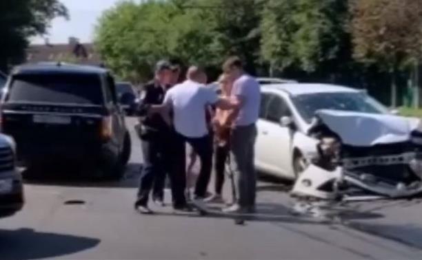 В Туле основатель «Top Gun» попал в ДТП и пытался ударить девушку ногой по лицу: видео
