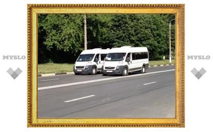 Водители маршруток в Туле разговаривают прямо в пути через открытые окна