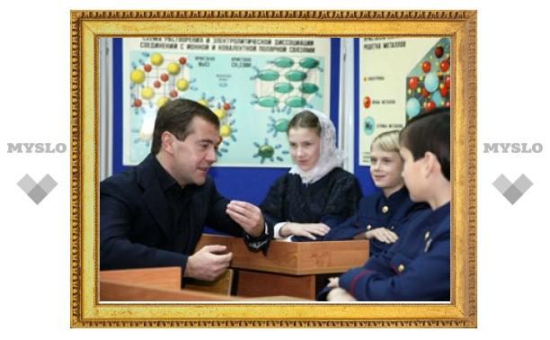 Набожная школьница из Суздаля выпросила у Медведева орден для мамы