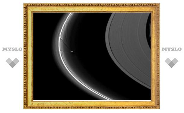 """""""Кассини"""" застал Прометея за искажением колец Сатурна"""