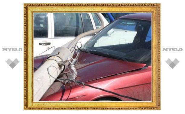 В Туле столб рухнул на машину