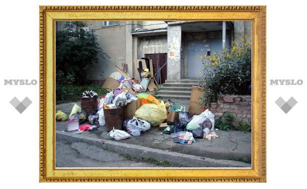 Туляки, выходя из дома, карабкаются через мусорные кучи
