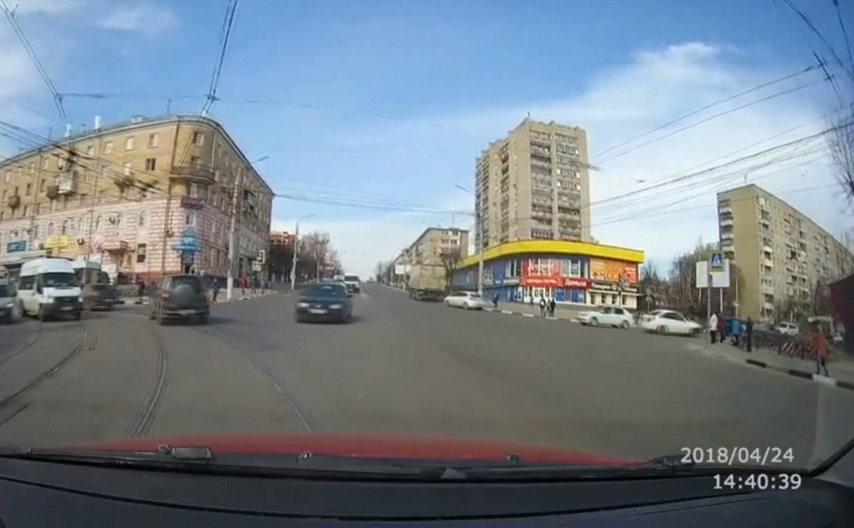 Видео: нарушитель на Volkswagen Golf чуть не устроил ДТП на улице Октябрьской
