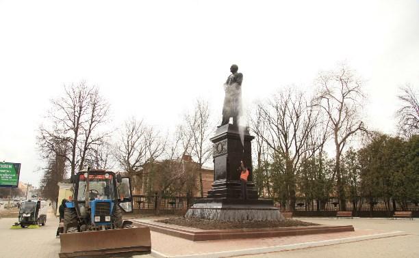 «Спецавтохозяйство» устроило банный день для памятника В.В. Вересаеву
