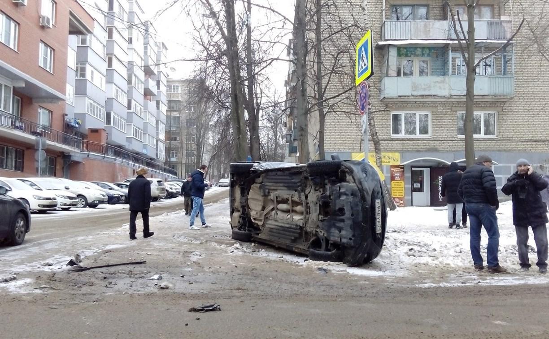На пересечении улиц Л. Толстого и С. Перовской опрокинулась «Мазда»