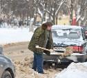 Припаркованные автомобили и шлагбаумы во дворах мешают УК убирать снег