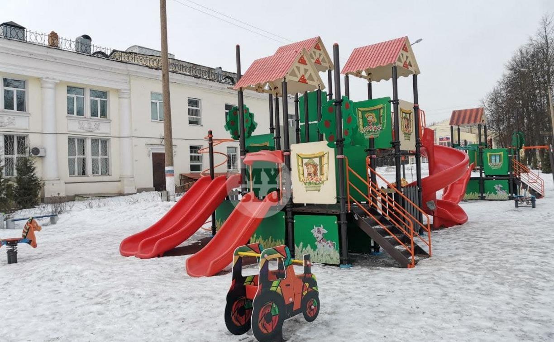 7-летняя девочка застряла в конструкции детской площадки: спасатели провели «спецоперацию»
