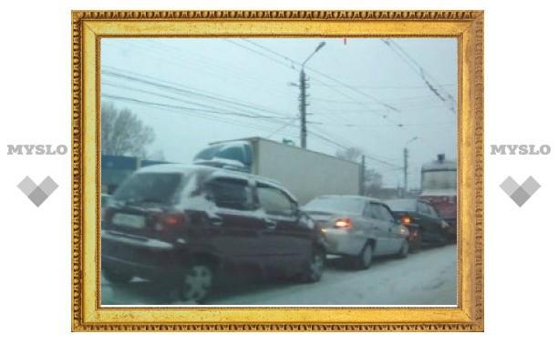 """Трамвай в Туле сдавал задом и собрал три машины в """"паровозик""""?"""