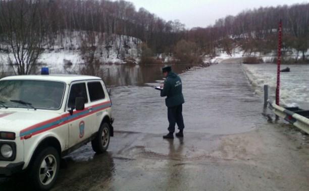 В Чекалине затопило мост