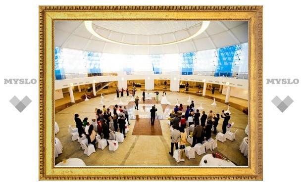 Тульского чиновника, который женился в Музее оружия, наказали за съемку в глянцевом журнале