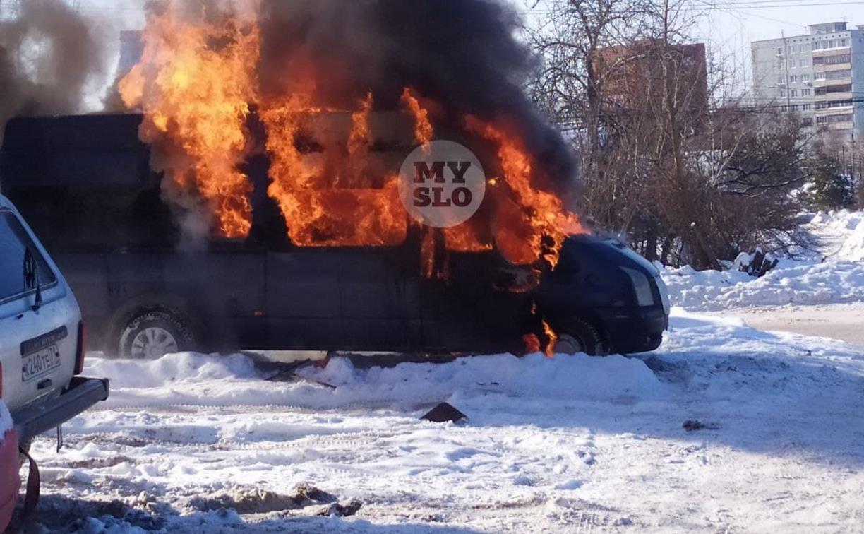 В Пролетарском районе Тулы загорелся микроавтобус: видео