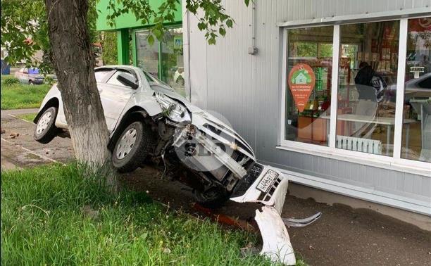 В Щекино Chevrolet Cobalt «боднул» супермаркет и повис на дереве