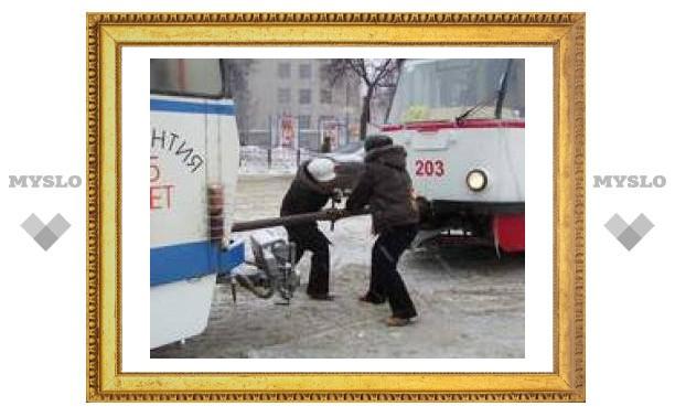"В Туле легковушка ""подрезала"" трамвай"