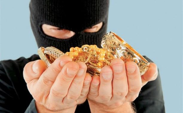 В Заокском двое рабочих украли у пенсионерки деньги и золотые украшения