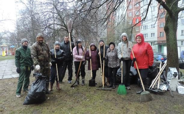 Жители дома по ул. Октябрьской вышли на субботник несмотря на дождь