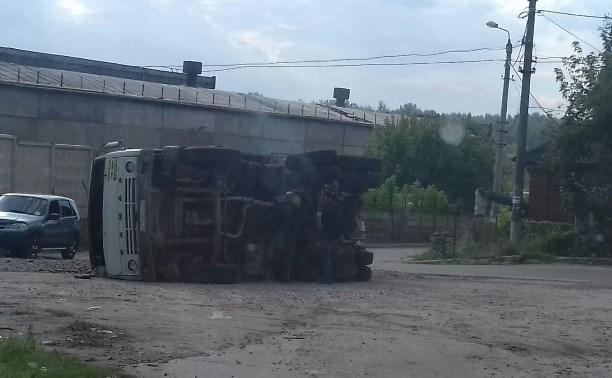 В Алексине перевернулся грузовик со щебнем