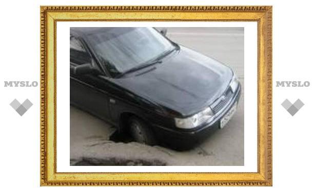 В яму на Красноармейском проспекте провалилась машина