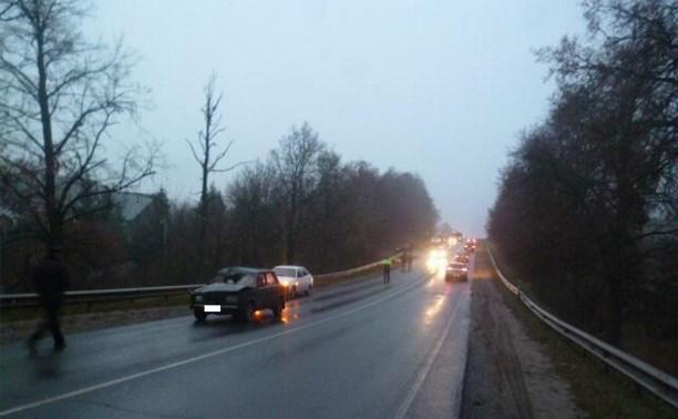 На Орловском шоссе водитель насмерть сбил идущего вдоль дороги мужчину