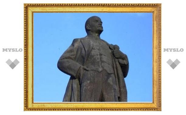 Трех студентов задержали за разрушение памятника Ленину