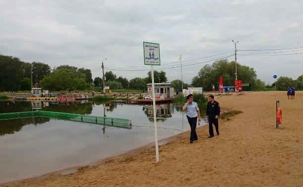 На среднем пруду Центрального парка работают полиция, следователи и водолазы