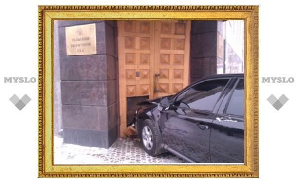 В Туле легковушка врезалась в здание облсуда