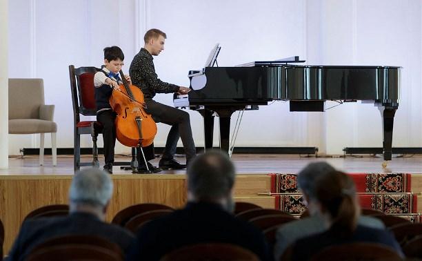 Народный артист России Сергей Ролдугин проводит прослушивание юных музыкантов в Туле