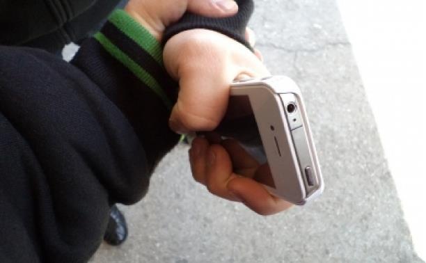 В Новомосковске грабитель отобрал у прохожего телефон и обручальное кольцо
