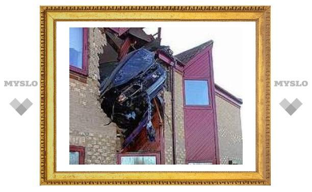Британский водитель влетел в стену жилого дома на уровне второго этажа