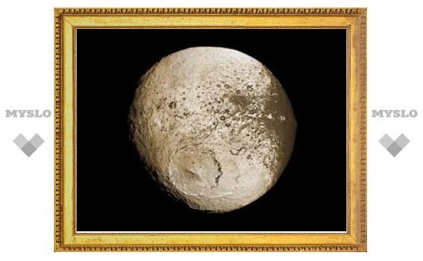 Астрономы объяснили таинственную раскраску Япета