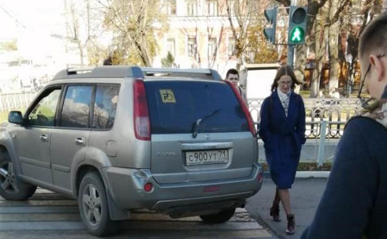 Накажи автохама: Nissan на переходе, нечитаемый номер и стоянка у подъезда