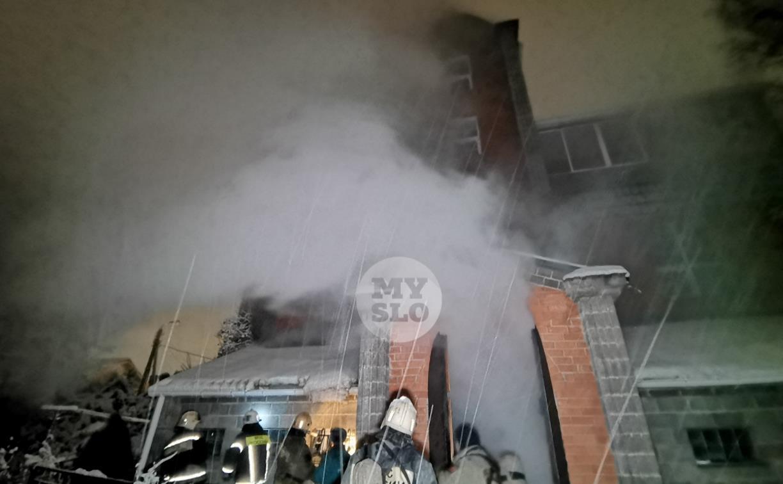 В Туле пожарные вынесли из горящего особняка больную женщину