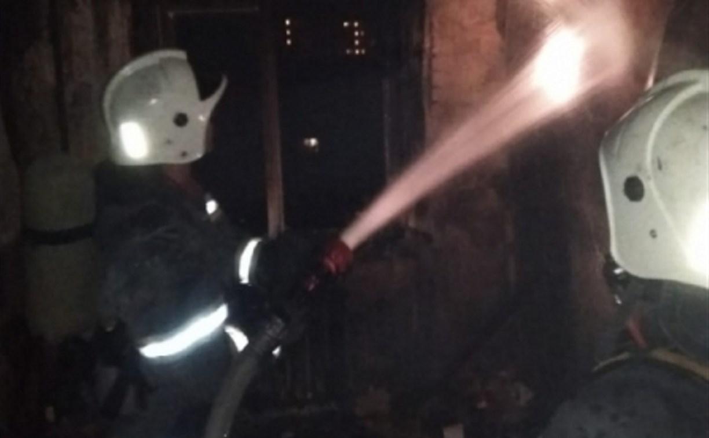 Тульские пожарные спасли из горящей квартиры женщину