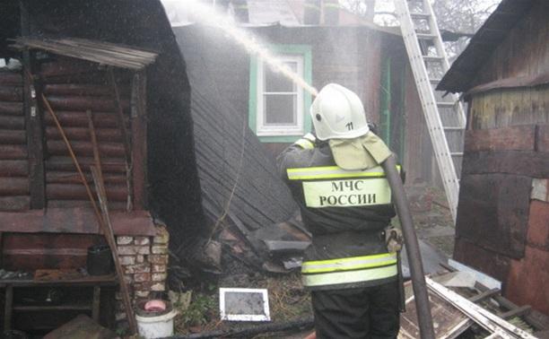 В Новомосковске пожар с сарая перекинулся на дачу