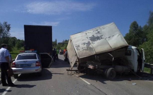 Под Алексином столкнулись три автомобиля и трактор
