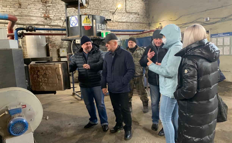 Черный дым и едкий запах: в Новомосковске котельную топили древесными отходами вперемешку с пластиком