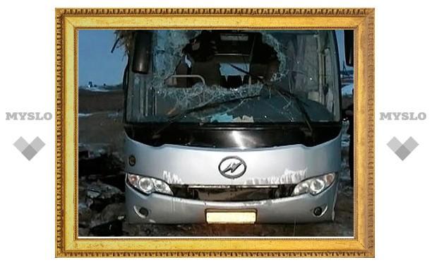 Пассажирский автобус врезался в стоящий у обочины автовоз Renault