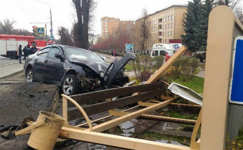 Страшная авария в Туле: На проспекте Ленина BMW снес остановку