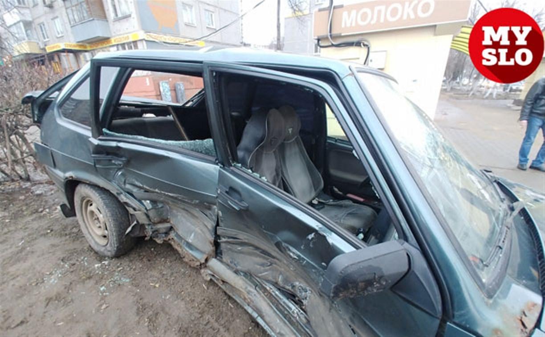 На ул. Ложевой в Туле после столкновения ВАЗ вылетел на тротуар